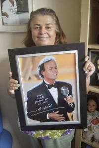 Teresita Avila sostiene un regalo que le otorgó Julio Iglesias en agradecimientos a sus 25 años de trabajo. -Foto: Iliana Salguero